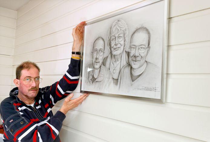 Mike Peters met een portret van zijn moeder Anneke, zijn tweelingbroer Mark en hemzelf.