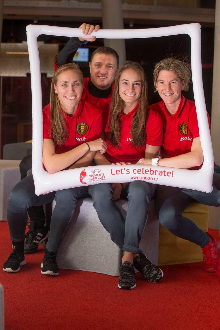 Janice Cayman, Tessa Wullaert en Aline Zeler. Achter het trio Red Flames zien we coach Ives Serneels. Beeld Photo News