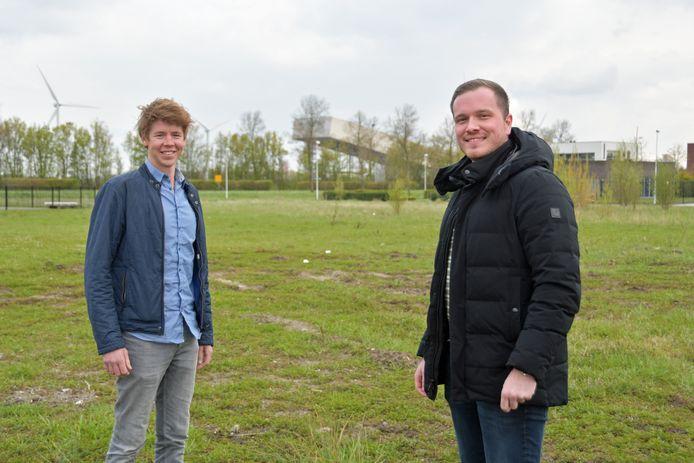 Jorn Colijn (links) en Timo Britsom op de plek aan de Informaticastraat aan de zuidkant van Terneuzen waar straks de units van hun concept Storagehub Terneuzen moeten komen.