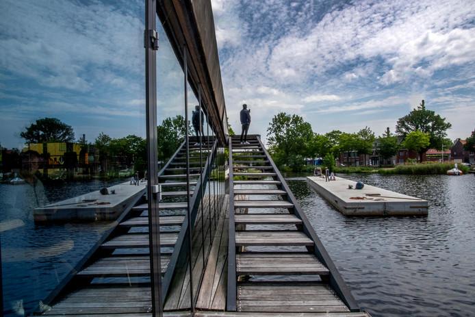 Het drijvende terras is helemaal vanuit Hardenberg - een plaatsje boven Almelo - over het water naar Tilburg vervoerd.