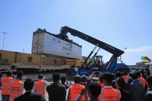 De eerste container met avocado's vertrekt per trein uit Ethiopië.
