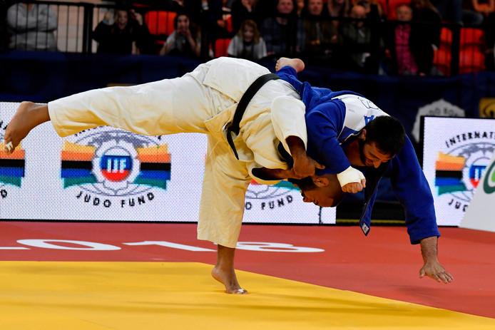 De Nederlandse judoka Roy Meyer (wit pak) in gevecht met de Italiaan Vincenzo d'Arco.