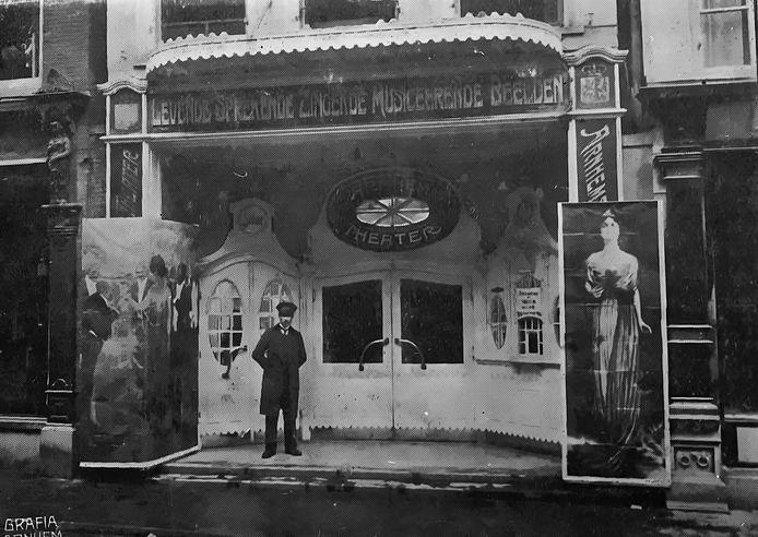 Het Arnhemsch Theater aan de Ketelstraat in 1910. Te zien:  'Levende Sprekende Zingende Musiceerende Beelden'.