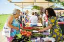 Feestelijke opening Geef-kleur-door-straat met speciale gasten zoals tv-chef Nadia Zerouali (rechts).