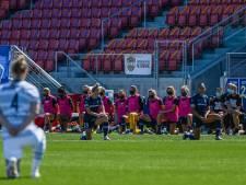 Amerikaanse voetbalsters knielen bij start competitie