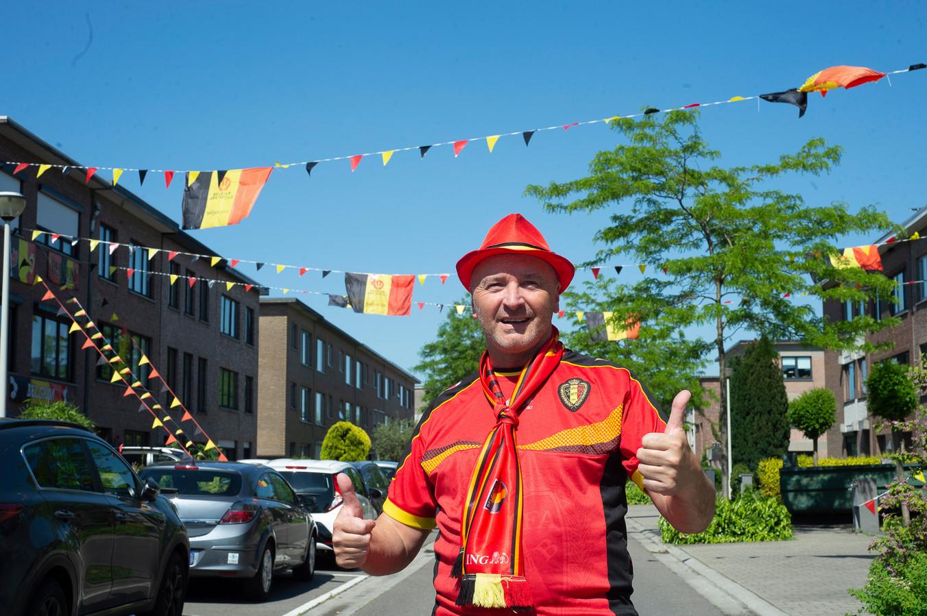 Voetbalsupporter Marc De Groof in de Kardinaal Cardijnlaan.
