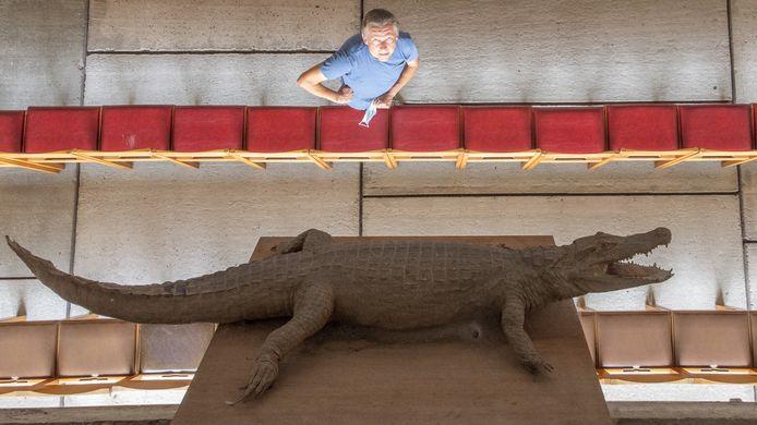 Marc Van der Donckt bij de krokodil in de kapel.