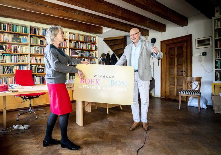 Winnie Sorgdrager overhandigt een cheque aan Oek de Jong, die de Boekenbon Literatuurprijs heeft gewonnen met Zwarte schuur. Beeld ANP