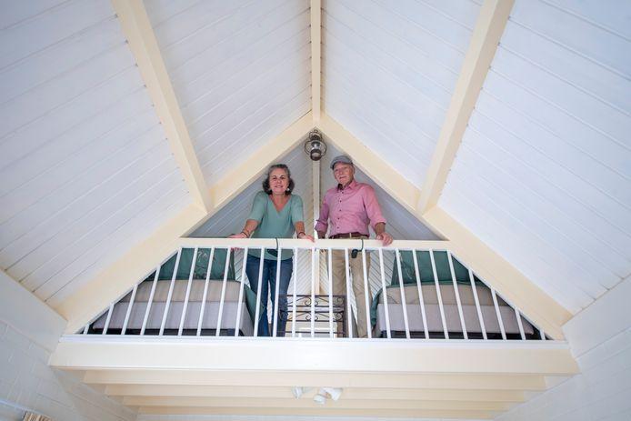 Mirjam en Manfred op bovenverdieping van hun tuinhuis, dat sinds kort B&B Mooi Borne is.