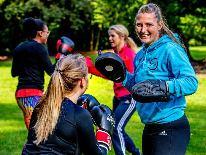 Maike den Uil geeft bokstraining Foto ; Pim Ras VOOR Coronahelden
