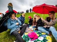 Ondanks stromende regen trekt protestpicknick tegen windturbines Deventer en Epse meer dan 100 demonstranten