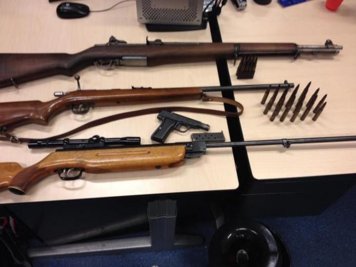 Van boven naar beneden: Amerikaans geweer (WOII), vuurbuks, Duits pistool (WOII), luchtbuks