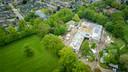 De grootschalige renovatie van het gemeentehuis in Twello van bovenaf. Rechtsboven basisschool De Wingerd. Tussen de bomen, naast de school, is het speelveldje te zien.