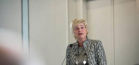 Burgemeester Schaap legt zonder publiek kransen bij de Renkumse oorlogsmonumenten