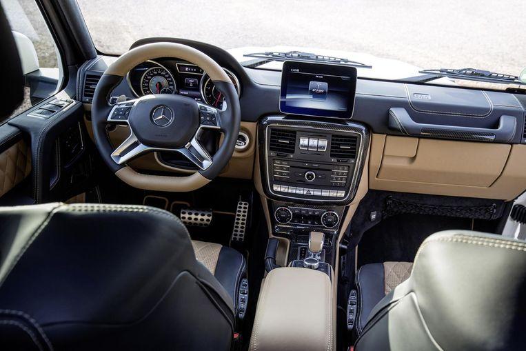 De Mercedes heeft een erg stijlvol, leren interieur.