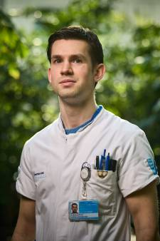 Twee keer werd Remco (26) opgegeven, maar hij knapte op en is nu verpleegkundige: 'Ik weet hoe het voelt'