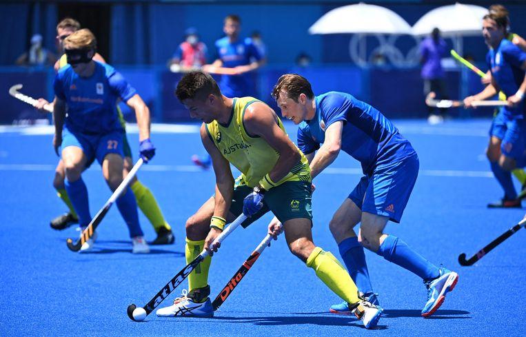 Tim Brand van Australië in duel met Seve van Ass in de kwarfinale op de Spelen. Beeld AFP