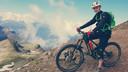 Marin Paanakker op zijn enduro-fiets in de Zwitserse Alpen.