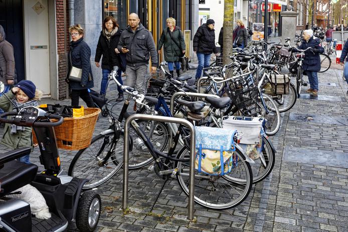 Op dagen van de weekmarkt staat de Hoofdstraat in Schijndel vol met fietsen, tijdens evenementen is het nog drukker.