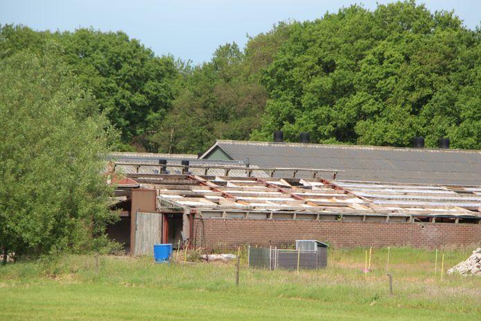 De sanering van een asbestdak op een stal.