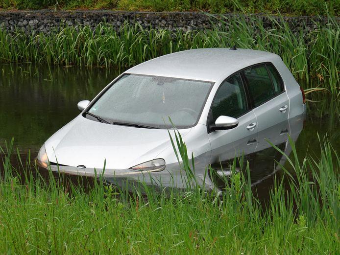 Door vermoedelijk een niet goed aangetrokken handrem rolde vanmiddag een auto in de sloot aan de Van Kouwenborchstraat in Hardenberg