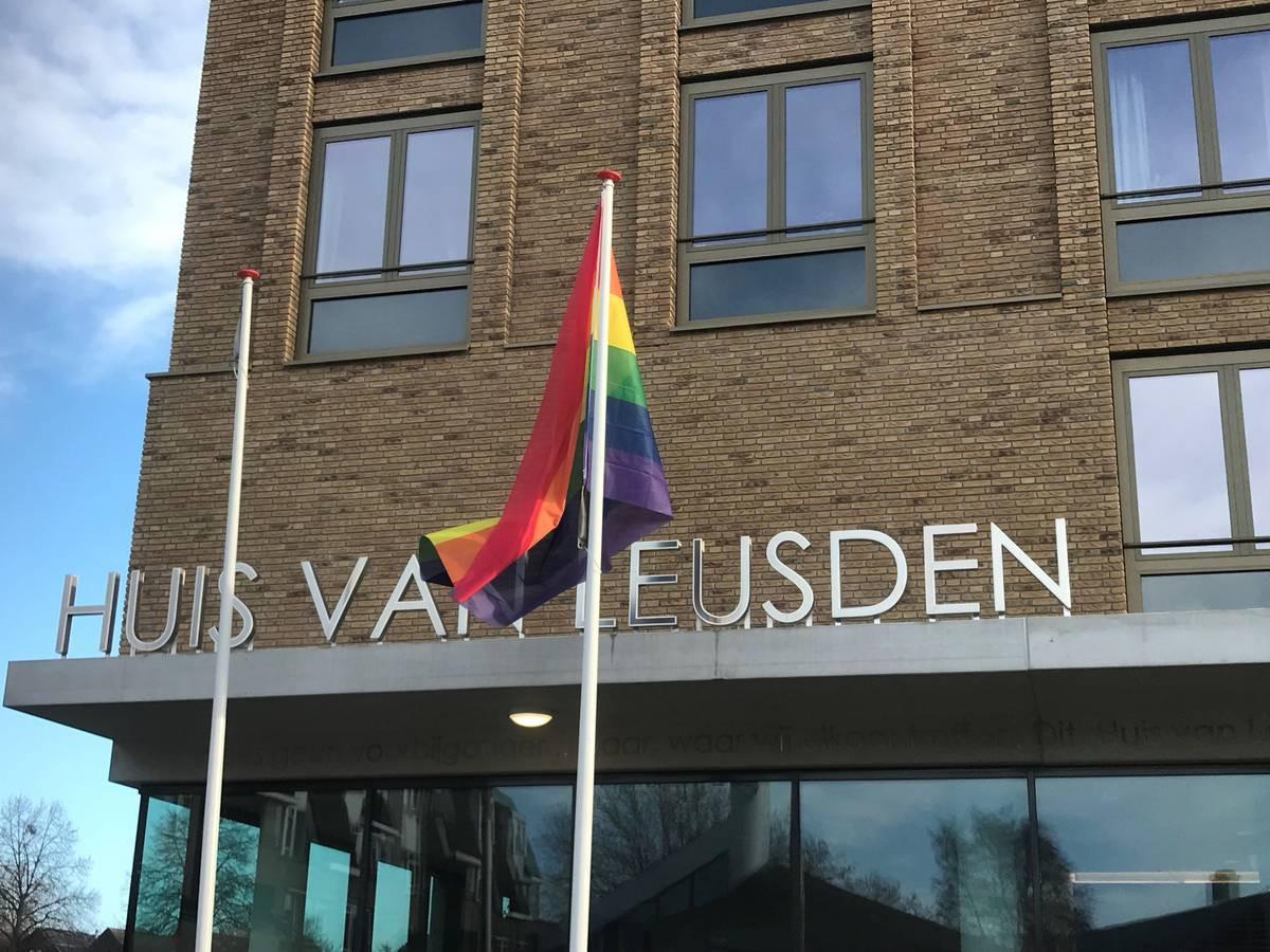 Op speciale gelegenheden hangt de gemeente Leusden de regenboogvlag uit.