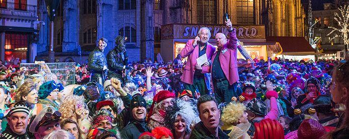 Hossen op de Markt met De Deurzakkers die hun 44-jarig bestaan vieren.