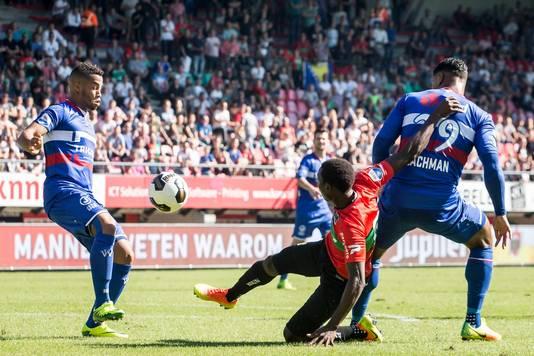 Pelé van Anholt krijgt de bal tegen de arm.