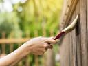 Hout vraagt om een regelmatig onderhoud. Een nieuw likje verf is een optie, maar als je wil genieten van de natuurlijke uitstraling van het hout is een laagje beits beter.