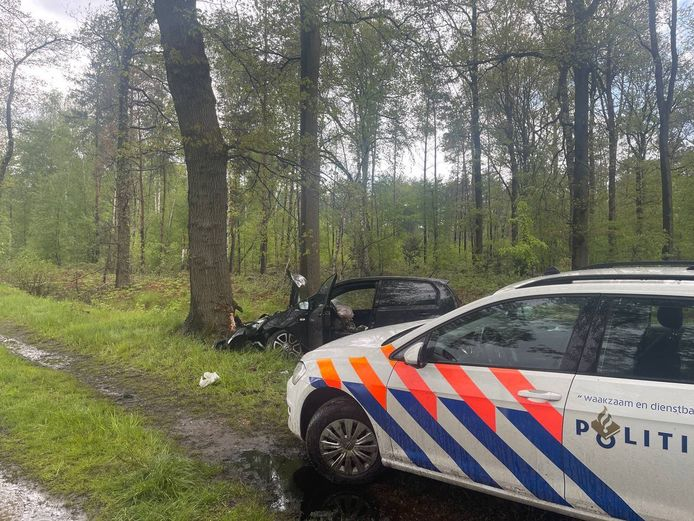 Op de Grensweg in Winterswijk Woold is maandagmiddag een auto frontaal op een boom gebotst. De bestuurder is na het ongeval met spoed naar het ziekenhuis in Enschede gebracht.