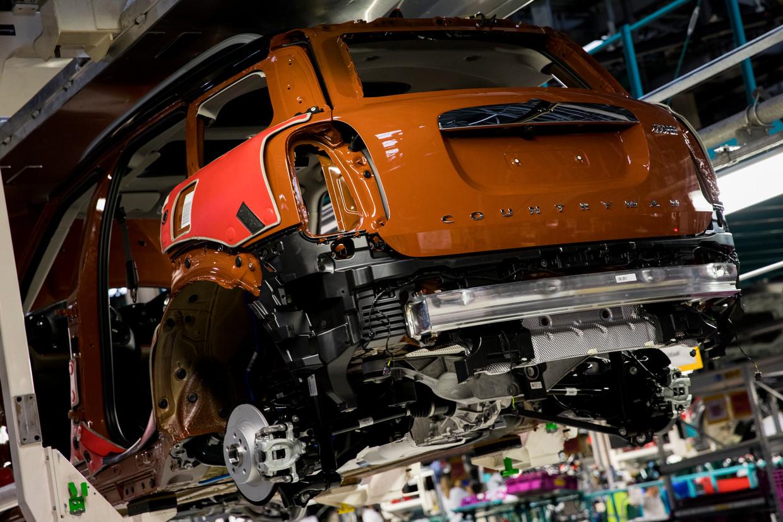 Een Mini op de assemblagelijn bij autofabrikant VDL Nedcar in Born.