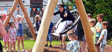 'Stop, hoog genoeg!' - Schommelende wethouder opent speeltuin in Lamswaarde
