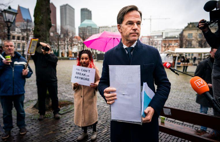 Gedupeerde ouders van de kinderopvangtoeslagenaffaire op het Plein in gesprek met premier Rutte. Beeld Freek van den Bergh / De Volkskrant