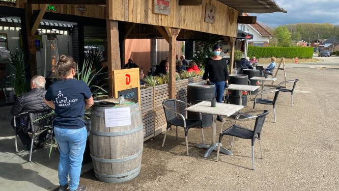 """""""Eindelijk! Eindelijk! Eindelijk"""", Heropening van terras Café 't Kapelhof zorgt voor (vele) gelukkige gezichten"""
