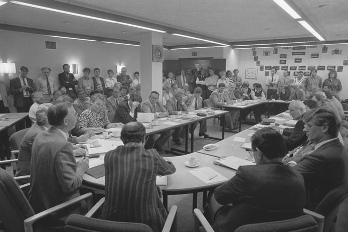 Thom van Amsterdam maakte in 1984 deze foto van een drukbezochte raadsvergadering. Wat was er aan de hand? Wij menen links op de foto de Roosendaalse oud-wethouder Toon de Bruijn te herkennen. U ook?