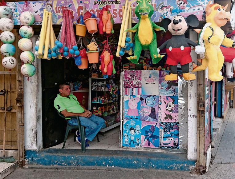 Deze speelgoedwinkel is een van de enige zaken die nog open zijn in de oude stad. Eigenaar Efraín Peñuela: 'We leven van dag tot dag.'  Beeld Edwin Koopman