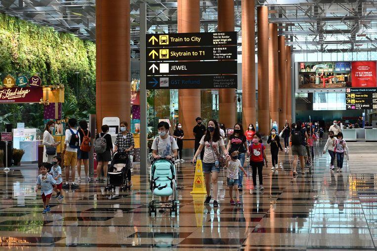 Bezoekers op het Changi International Airport in Singapore. Beeld AFP