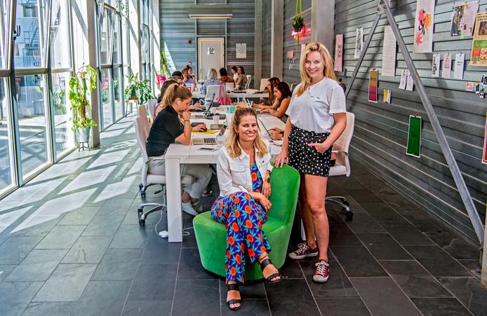 Emilie Sobels, zittend, met kantoormanager Petra van Veen.