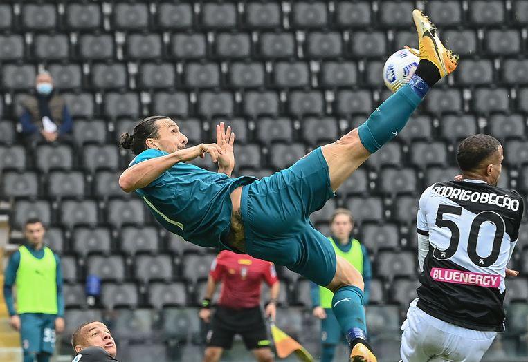 Een omhaal tegen Udinese. De atletische kracht van Ibrahimovic  blijft indrukwekkend. Beeld AFP