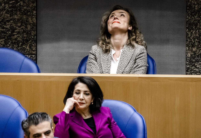Vera Bergkamp (D66, boven) hoort dat zij is verkozen tot de nieuwe voorzitter van de Tweede Kamer. Onder Bergkamp Khadija Arib (PvdA.