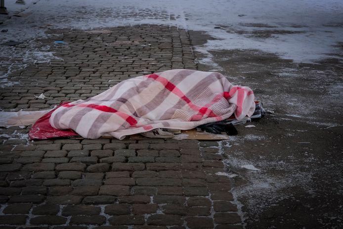 Dakloze man zoekt een slaapplaats aan het kanaal.