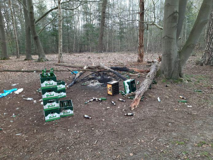 De rotzooi die de feestgangers in het paasweekend achterlieten in natuurgebied Roderveld bij Rossum.