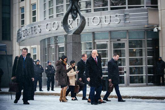 De advocaten van El Chapo verlaten het gerechtsgebouw nadat ze het verdict te horen kregen.