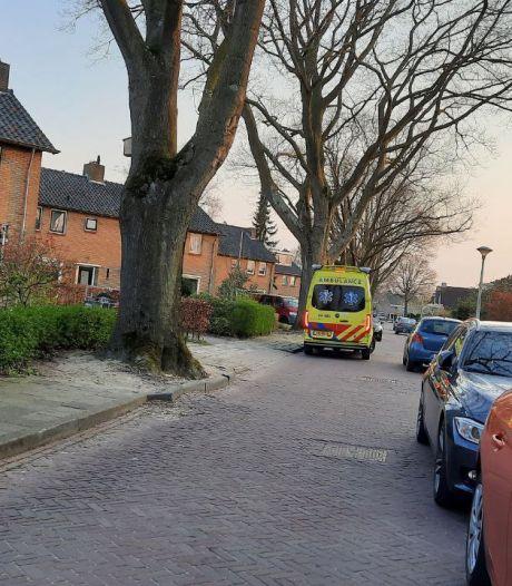 Man valt van de trap op dak in Zwolle en wordt met letsel afgevoerd naar ziekenhuis