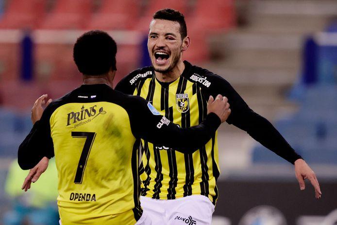 Oussama Darfalou viert de enige treffer van de wedstrijd tegen Feyenoord met aangever Loïs Openda.