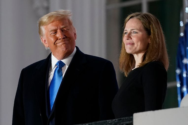 President Trump en Amy Coney Barrett op het balkon van de Blue Room van het Witte Huis na haar eerste eedaflegging. Beeld AP