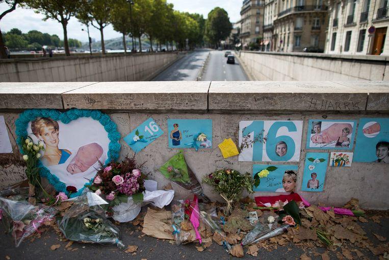 Nog steeds worden er bloemen neergelegd aan de tunnel Pont de l'Alma, waar prinses Diana samen met haar geliefde Dodi Al Fayed 22 jaar geleden om het leven kwam. Beeld EPA