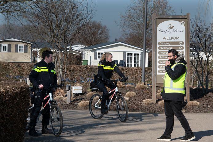 Op vakantiepark Rijk van Batouwe in Kesteren worden door politie en Belastingdienst, samen met medewerkers van de gemeente Neder-Betuwe, controles uitgevoerd.