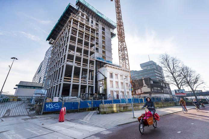 De toren wordt om het monument heen gebouwd.