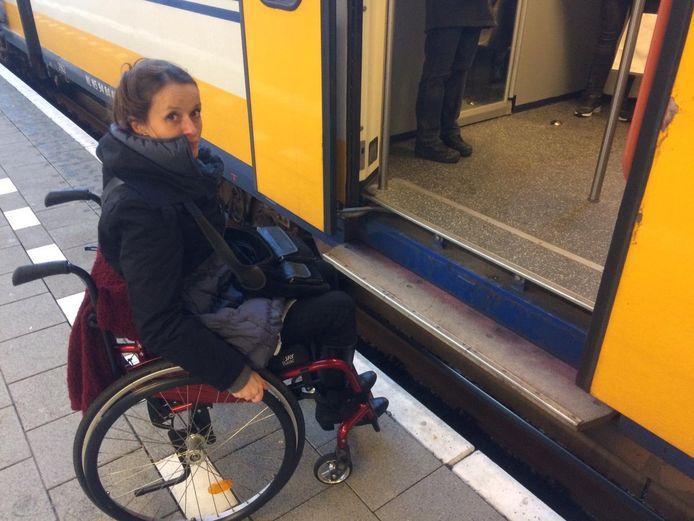 Andrea Schouw-Naphegyi kan op eigen kracht de trein niet in.